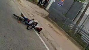 Pria tergeletak di jalan