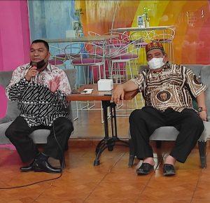 Ketua PWI Sumut Hermansjah (Kanan) bersama Anang Anas Azhar (anggota PWI Sumut) dalam dialog wartawan di Coffe Sadis belum lama ini. (msj)